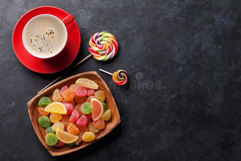 Кофе, красочные конфеты, студень и мармелад стоковое изображение