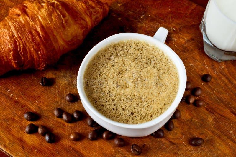 Download Кофе, круассан и молоко стоковое изображение. изображение насчитывающей молоко - 37927433