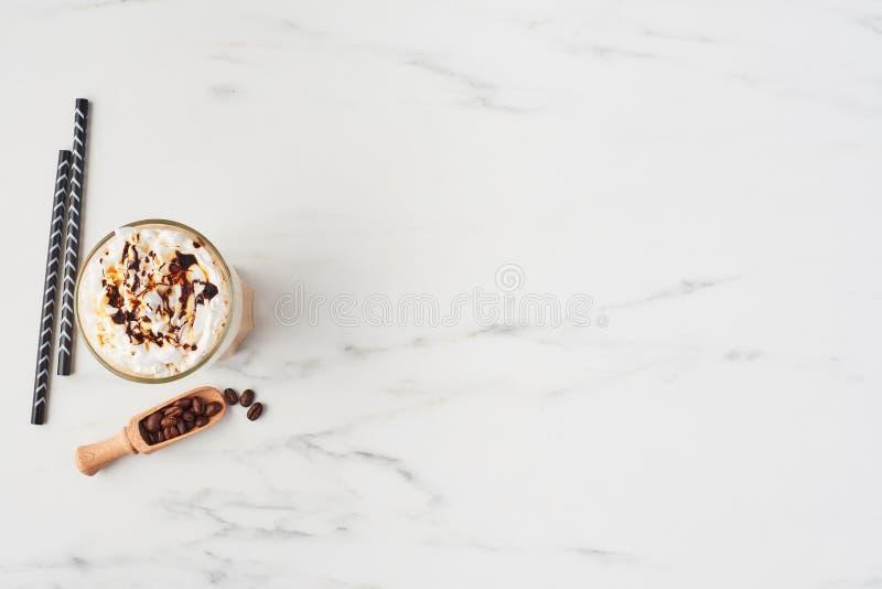 Кофе льда в белой мраморной предпосылке стоковое фото rf