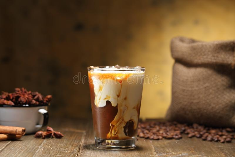 Кофе льда и молоко или капучино в стекле стоковое фото rf