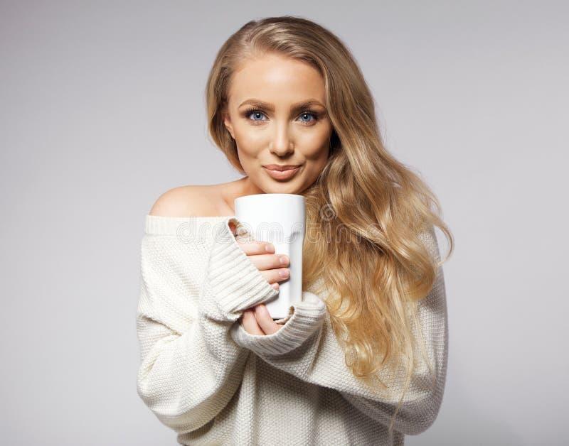 Кофе милой молодой женщины выпивая стоковое изображение rf