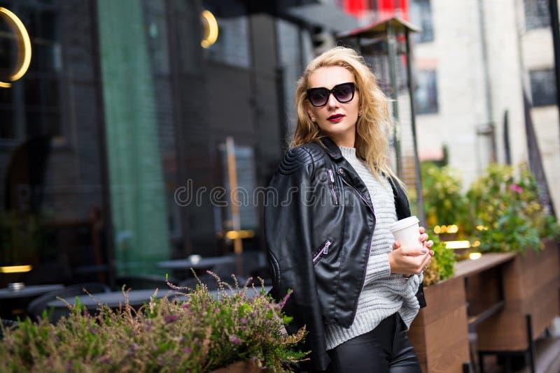 Кофе молодой красивой женщины выпивая на летней террасе стоковые изображения
