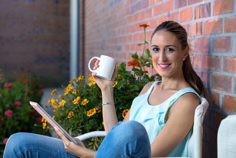 Кофе молодой женщины выпивая дома стоковое изображение rf