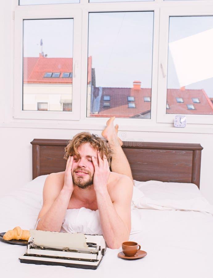 Кофе напитка автора имеет завтрак в кровати Недостаток воодушевленности или идеи Кризис творческих способностей Автор писателя ус стоковая фотография rf