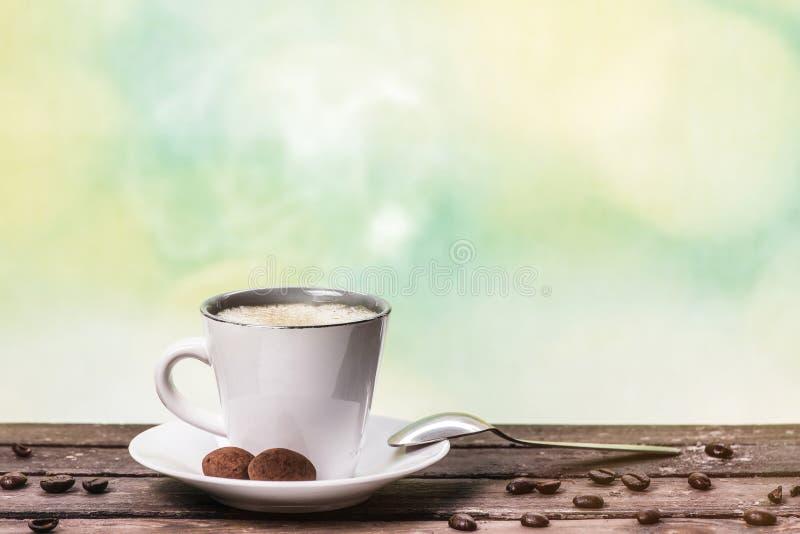 Кофе на винтажном backgroun деревянного стола и зеленого цвета стоковые фотографии rf
