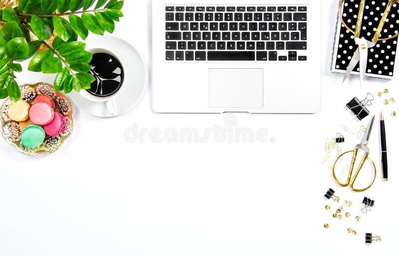 Кофе, печенья macaroon, канцелярские товары, зеленый цвет портативного компьютера стоковая фотография rf
