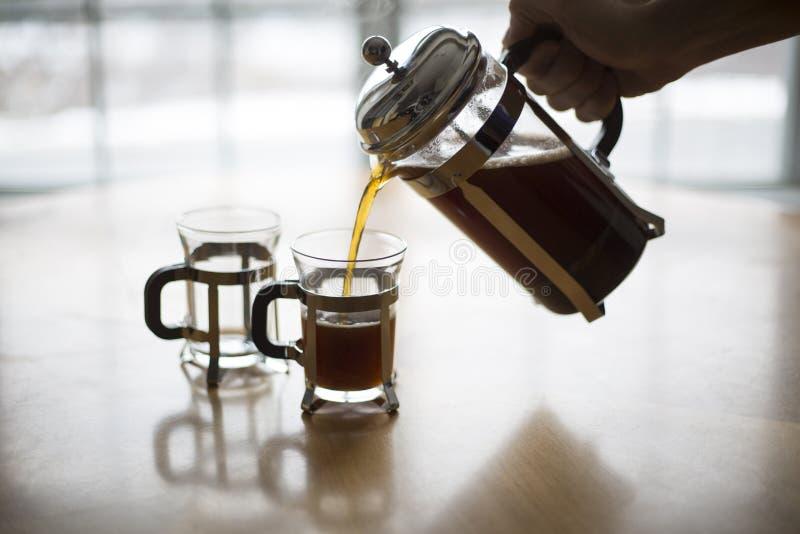 Кофе прессы француза льет на холодном утре зимы стоковые изображения rf