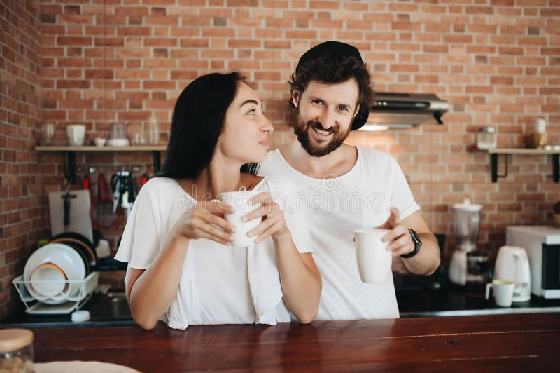 Кофе романтичных молодых пар выпивая совместно в кухне стоковое изображение rf