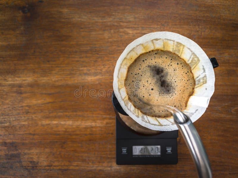 Кофе руки лить, метод заваривать кофе стоковые изображения