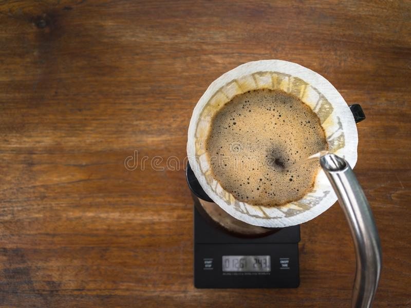 Кофе руки лить, метод заваривать кофе стоковая фотография