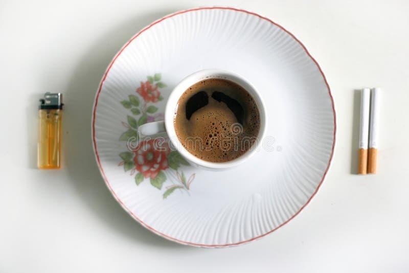 кофе сигарет стоковые фотографии rf
