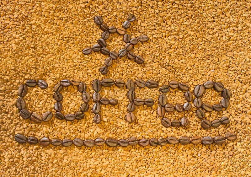 Кофе слова от кофейных зерен на предпосылке разбросанного растворимого кофе стоковое изображение rf