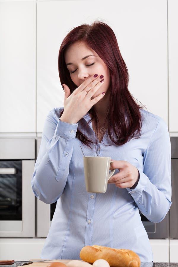 Кофе сонной женщины выпивая стоковые изображения
