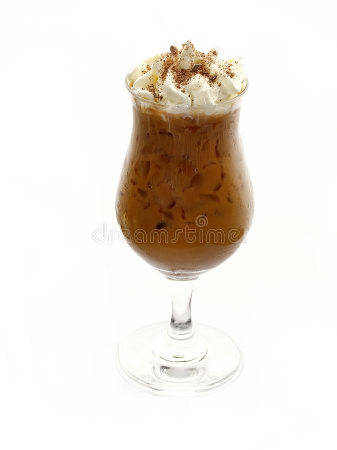 Кофе со льдом в стекле с взбитой сливк изолированной на белой предпосылке стоковые изображения