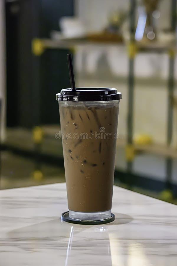 Кофе со льдом положил взбитую сливк в стекло на таблицу стоковое фото rf