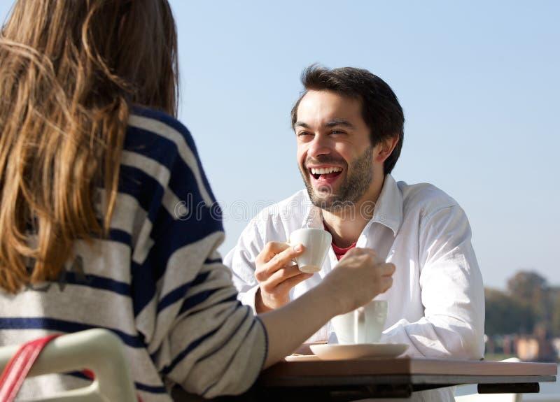 Кофе счастливого человека выпивая с женщиной на внешнем кафе стоковое фото
