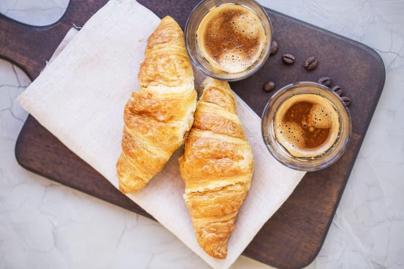 Кофе с круассанами flatlay, завтрак эспрессо утра стоковые фото