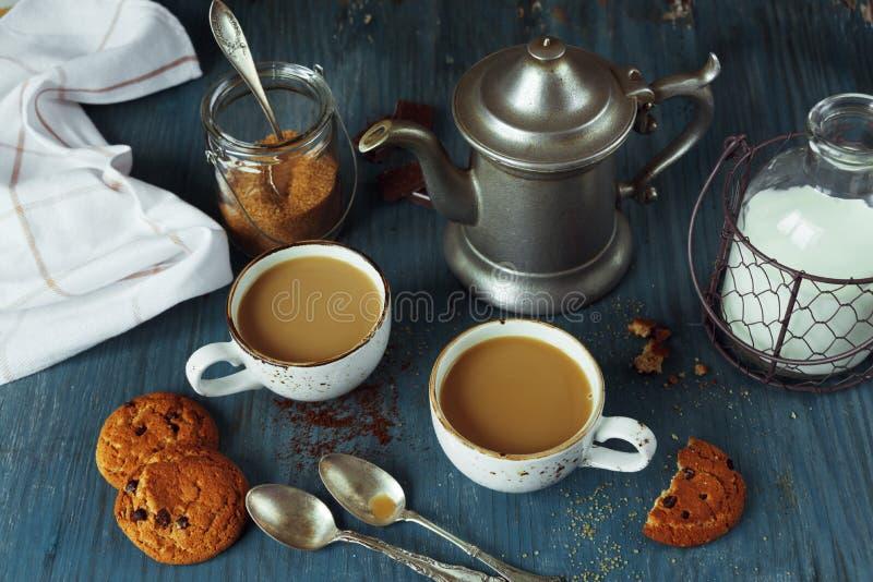 Кофе с молоком и домодельными печеньями овсяной каши стоковая фотография