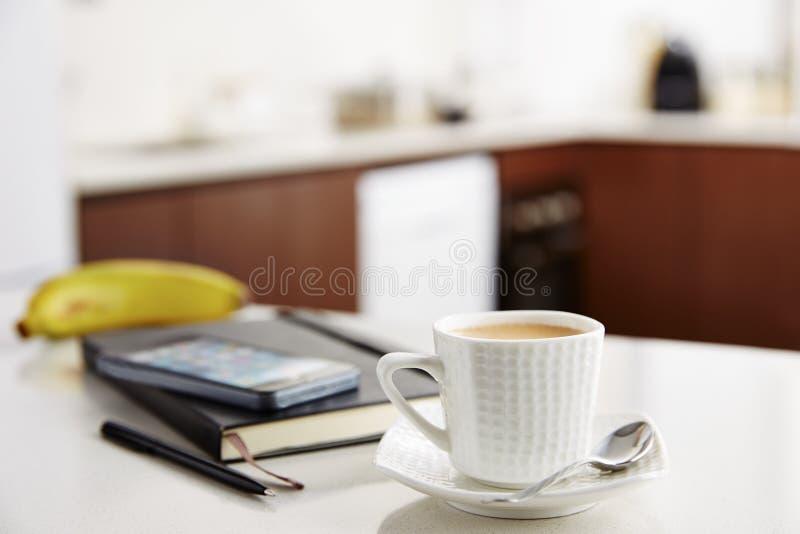 Кофе с молоком на работе стоковое изображение rf