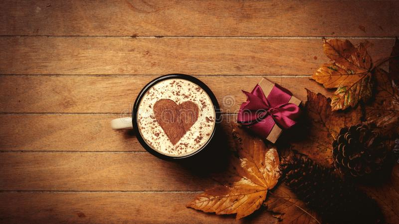 Кофе с формой, подарочной коробкой и кленовыми листами сердца стоковая фотография