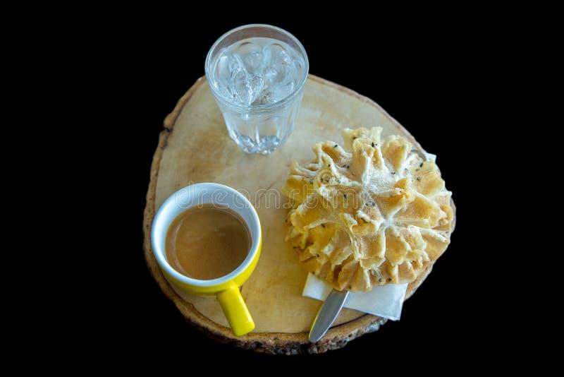 Кофе с cookiesfocus цветения лотоса тайских закусок хрустящим выборочным стоковые изображения