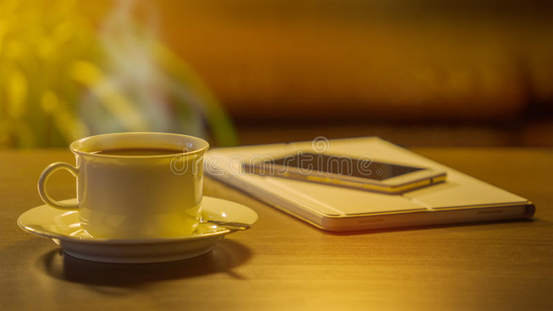 Кофе, телефон и таблетка цифров стоковые фотографии rf