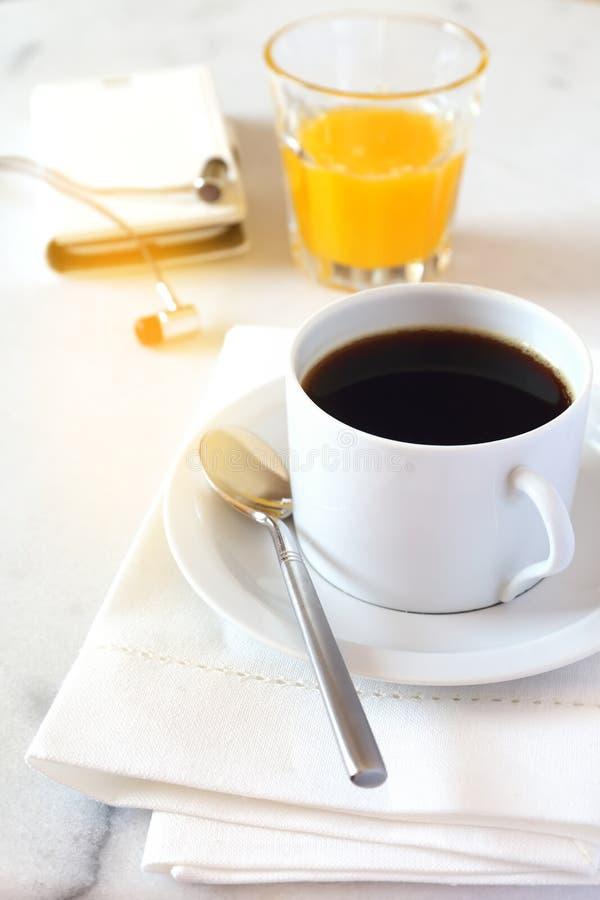 Кофе утра, апельсиновый сок и мобильный телефон стоковые фотографии rf