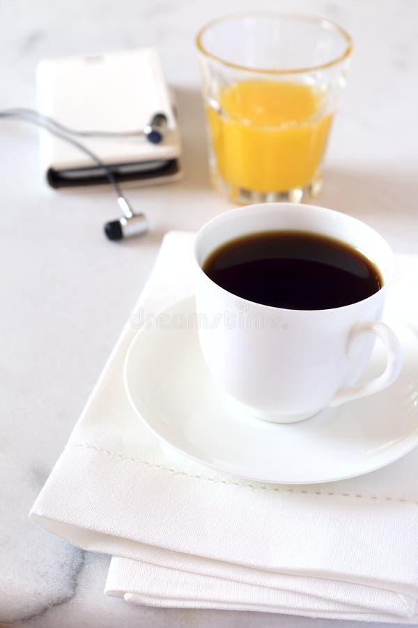 Кофе утра, апельсиновый сок и мобильный телефон стоковое изображение