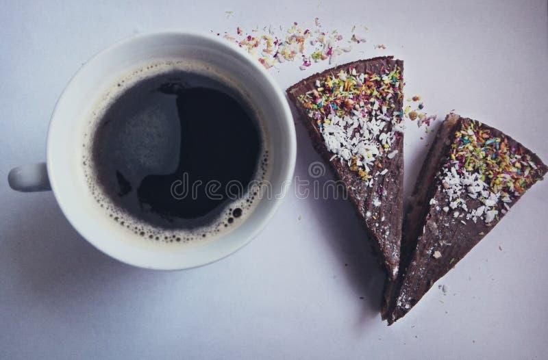 Кофе утра с тортами стоковая фотография rf