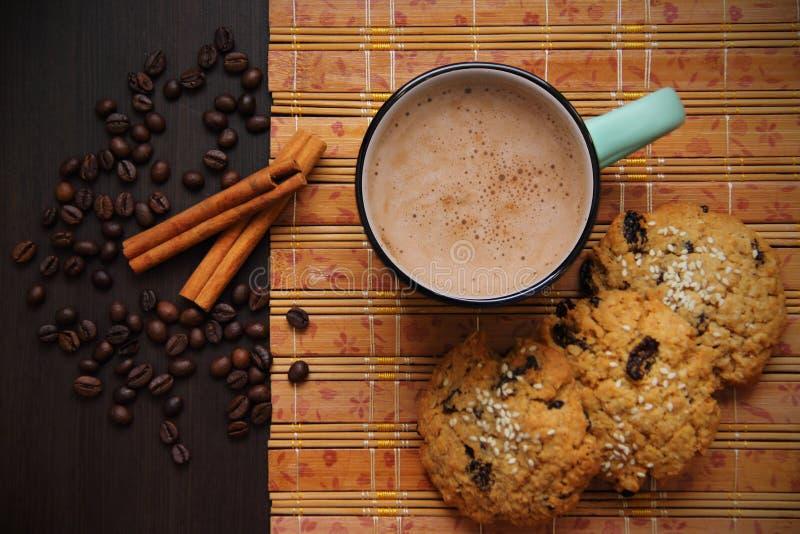Кофе, циннамон, печенья и кофейные зерна стоковая фотография