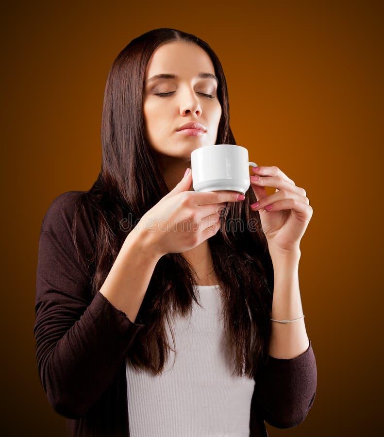 Кофе Чай или кофе красивейшей девушки выпивая стоковое изображение rf