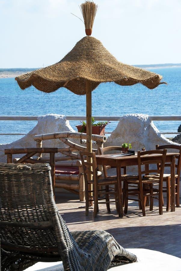 кофе штанги около моря стоковое фото