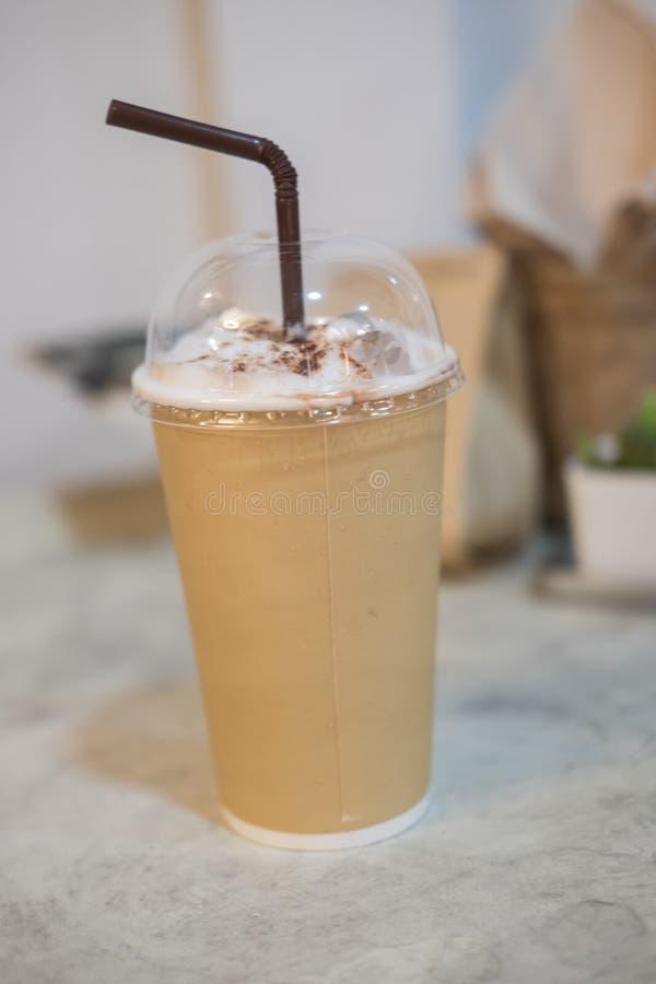 Кофе льда в бумажном стаканчике с соломой стоковое изображение rf