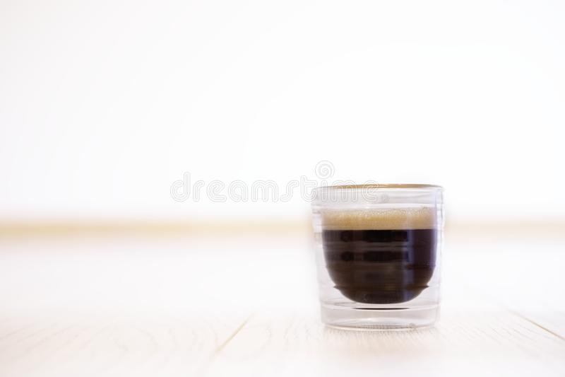 Кофе эспрессо в стекле одном одиночном на предпосылке таблицы стоковые фото