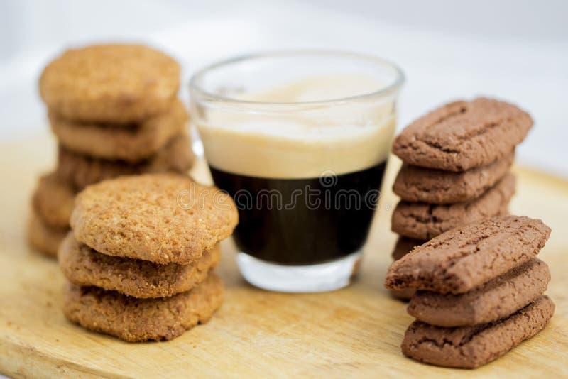 Кофе эспрессо и высушенные печенья стоковая фотография