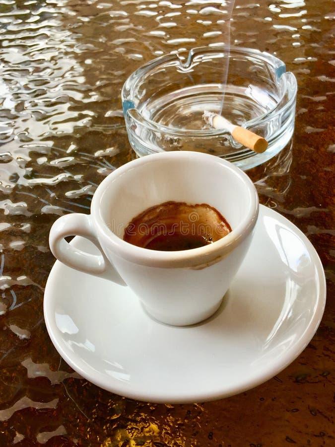 Кофе эспрессо с сигаретой стоковая фотография