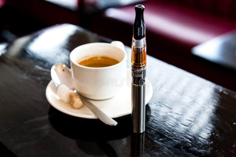 Кофе эспрессо с e-сигаретой в пабе стоковое изображение rf