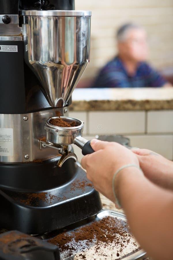 Кофе Barista меля стоковая фотография
