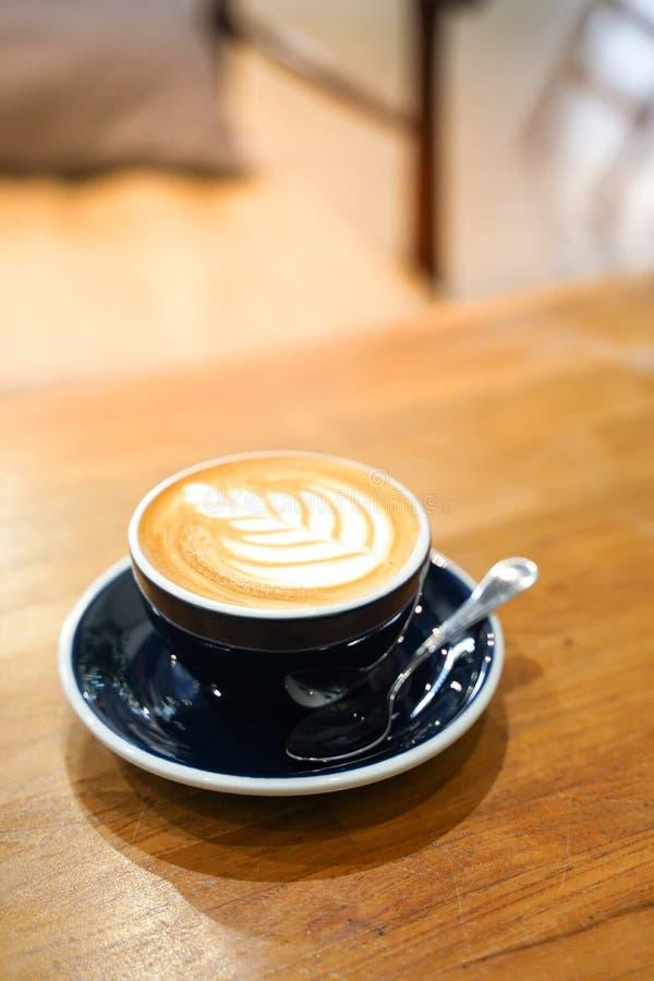 Кофе Latte на деревянной таблице стоковая фотография rf