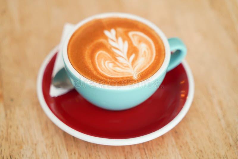 Кофе Latte на деревянной таблице стоковые изображения