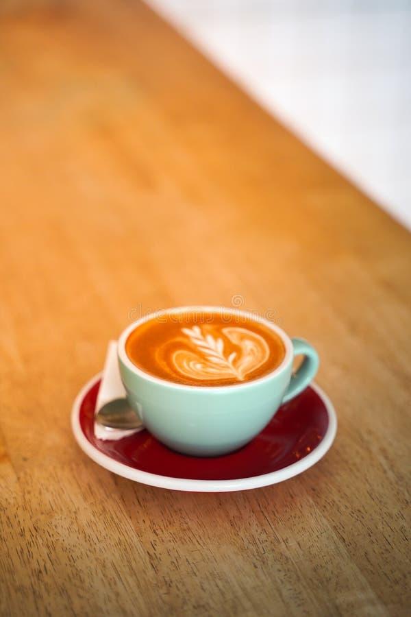 Кофе Latte на деревянной таблице стоковые фото