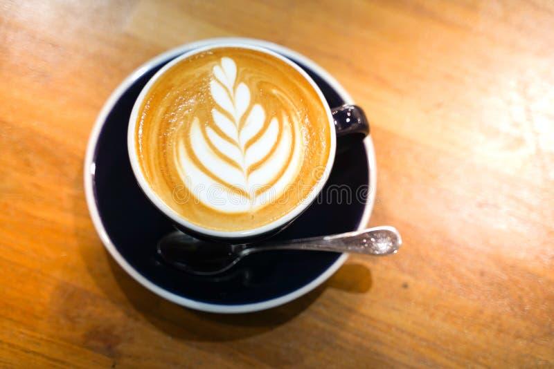 Кофе Latte на деревянной таблице стоковое фото