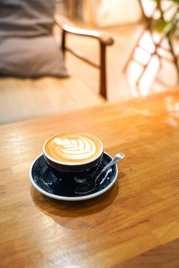 Кофе Latte на деревянной таблице стоковое фото rf