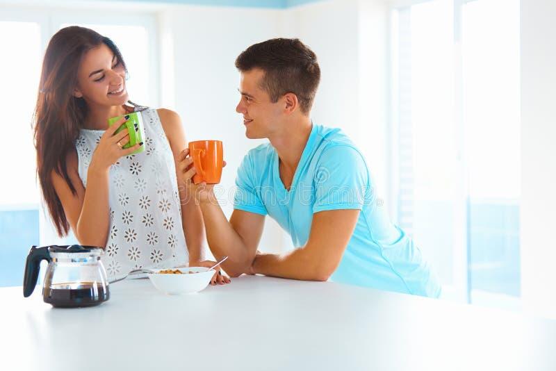 Кофе ouple ¡ Ð выпивая в утре стоковые фотографии rf