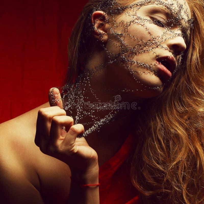 Кошмар молодой glamourous рыжеволосой женщины (имбиря) в красном цвете стоковое изображение rf