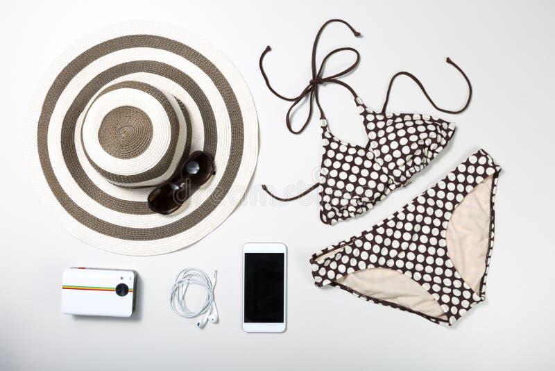 Коллаж одежды и аксессуаров женщины изолированных на белизне стоковое фото