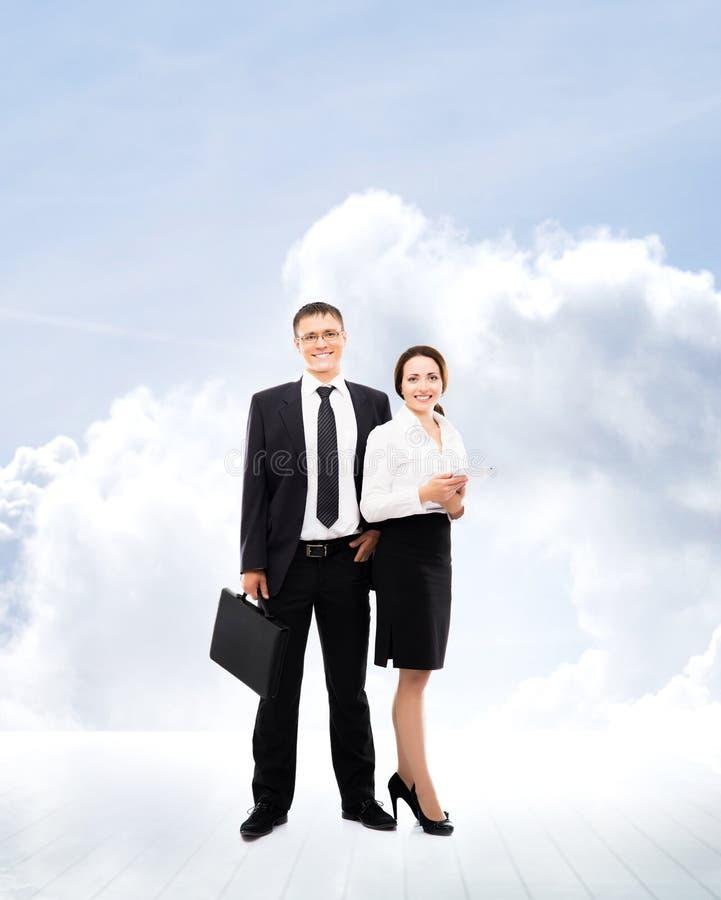 2 коллеги дела стоя над предпосылкой неба стоковое фото rf