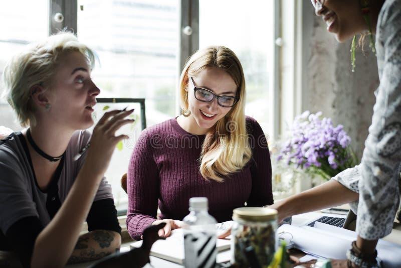 Коллеги обменивая работу идей мнения стоковая фотография