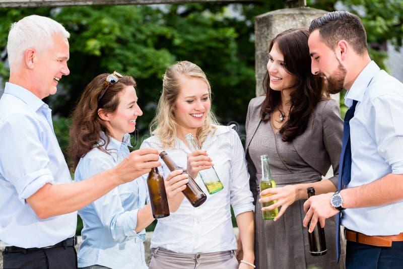 Коллеги офиса выпивая пиво после работы стоковая фотография