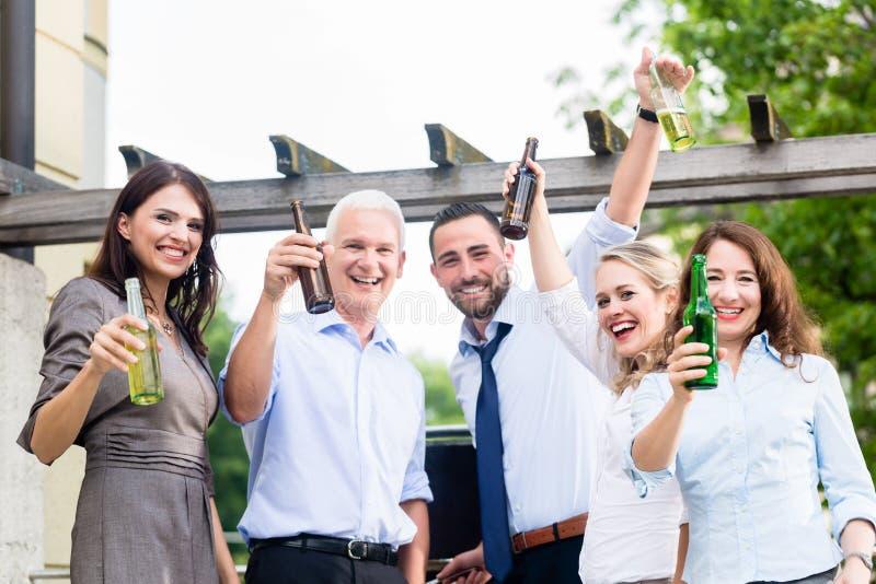 Коллеги офиса выпивая пиво после работы стоковое фото rf